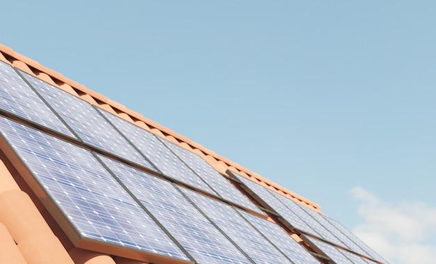 Закройте солнечные панели на крыше Premium Фотографии