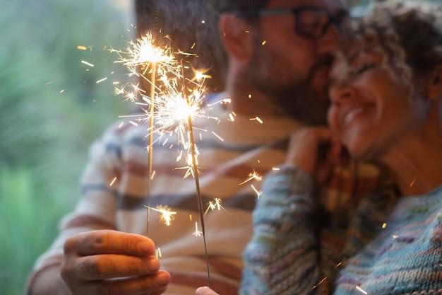 愛とお祝いのコンセプトのための線香花火のクローズアップ