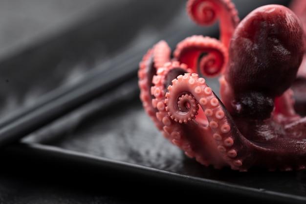 Крупный план кальмара на тарелке