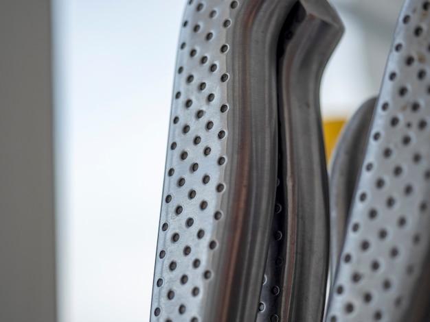 강철 칼 손잡이의 클로즈업입니다. 질감, 주방 용품. 추상 사진