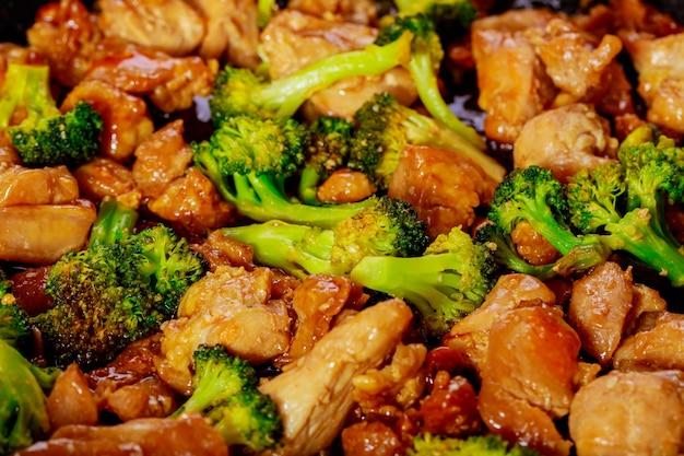 달콤하고 신 소스에 브로콜리와 함께 볶음 치킨의 닫습니다. 아시아 식사.