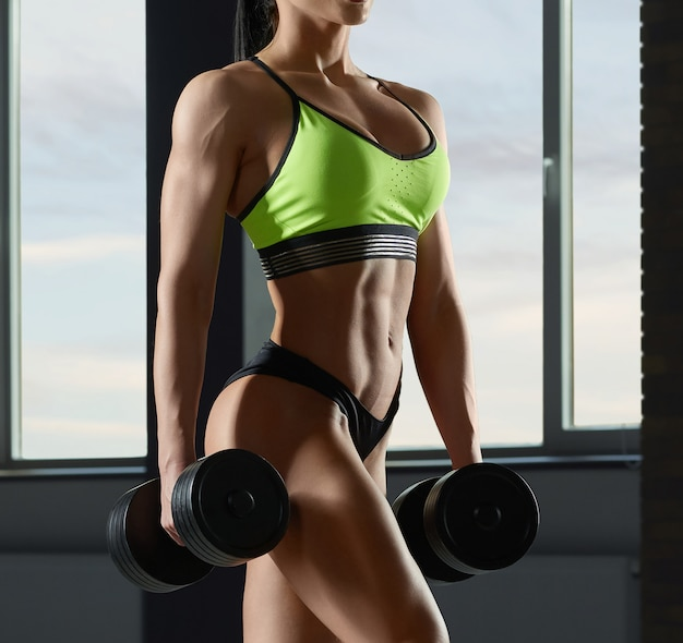 근육과 강한 맞는 모델의 몸 클로즈업