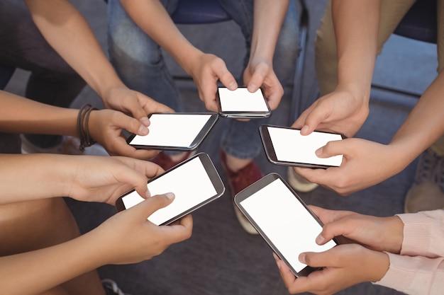 携帯電話を保持している学生のクローズアップ