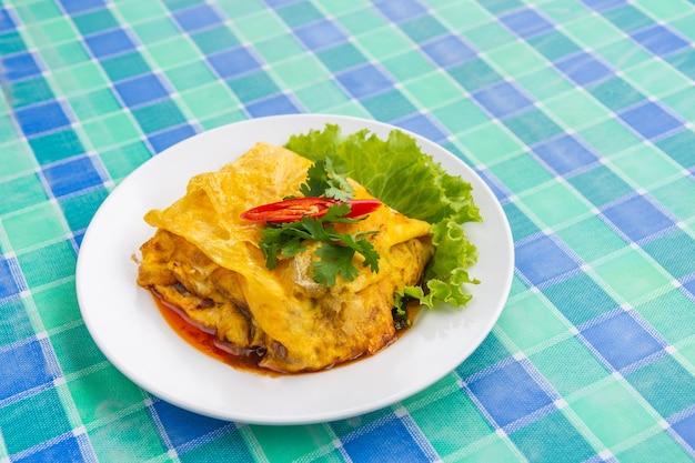 다진 돼지고기 태국 현지 음식과 박제 오믈렛의 클로즈업.