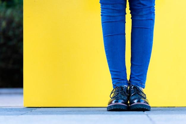 スタイリッシュな女性の靴のクローズアップ。履物のコンセプト。