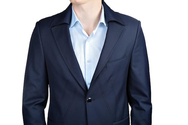 白い背景で隔離のスタイリッシュなネイビーブルーの男性のウェディングジャケットのクローズアップ。
