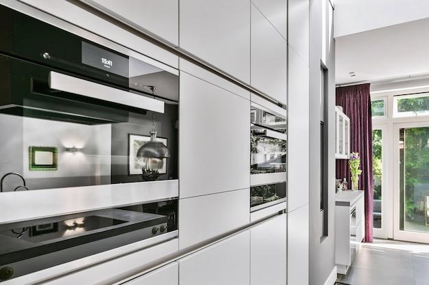 Крупным планом стильная духовка на кухне