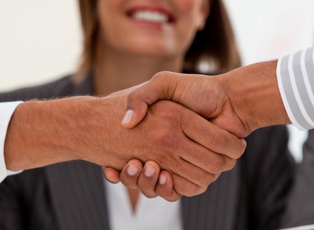 Крупный план успешных бизнесменов, закрывающих сделку
