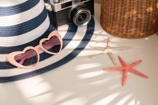 白い色の背景、旅行のコンセプトの夏のアクセサリーのクローズアップ。フラットレイ、コピースペース