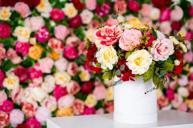 コピースペースとカラフルな背景の上のテーブルの花瓶の花の夏の花束のクローズアップ