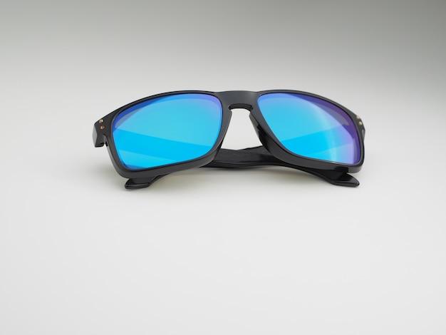 파란색 렌즈가 있는 선글라스의 클로즈업입니다.