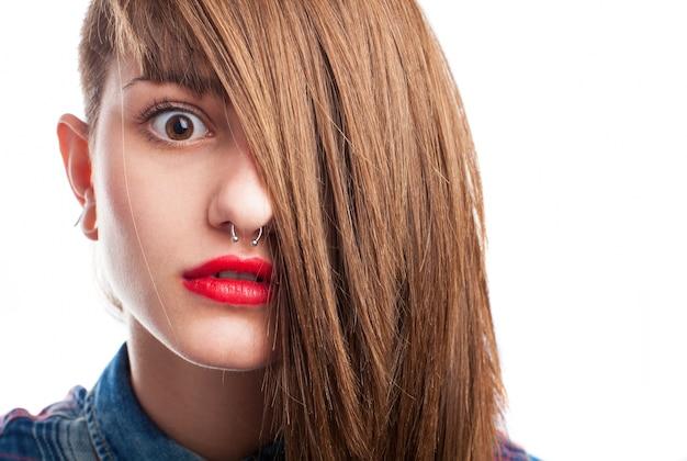 Крупным планом удивлен подростка с волосами на лице