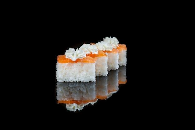Закройте суши ролл на черной стене. японское блюдо