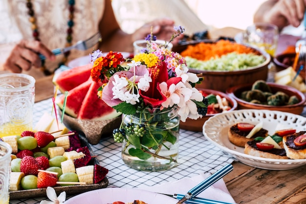 食べ物や花の装飾でいっぱいのテーブルのクローズアップ