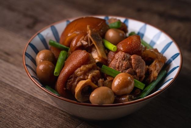 Закройте вверх свиной рульки тайваньской традиционной еды в шаре на деревенской предпосылке таблицы.