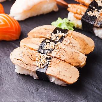 Крупным планом суши тамаго с омлетом и васаби