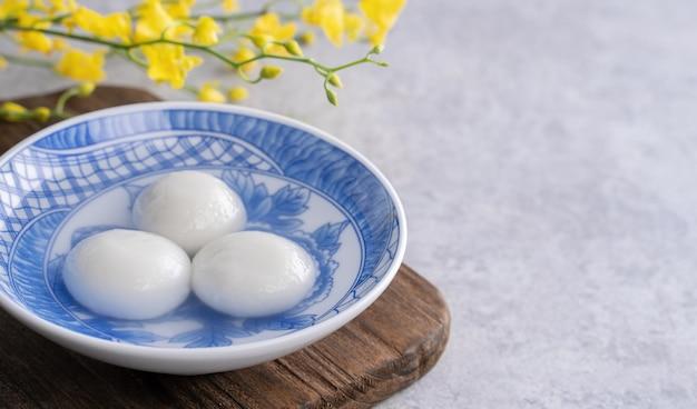 中国のランタン元宵節のボウルに湯円のクローズアップ。