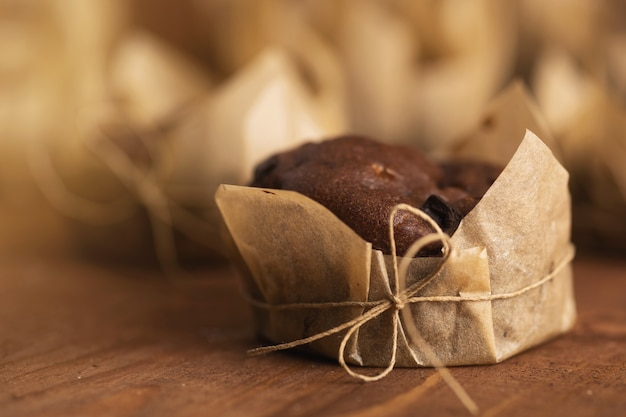 나무 테이블에 맛있는 초콜릿 머핀의 클로즈업