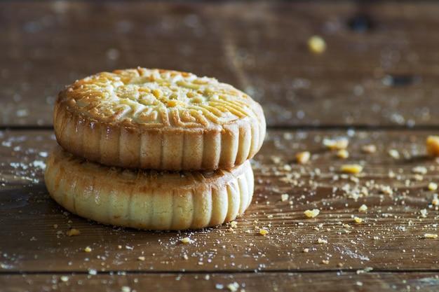 나무 테이블에 맛있는 쿠키의 클로즈업
