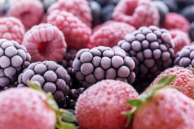 Крупный план вкусных замороженных ягод