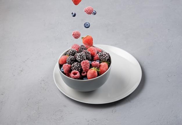 Крупный план вкусных замороженных ягод Premium Фотографии