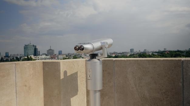 超高層ビルの屋上にある望遠鏡のクローズアップ