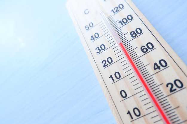 テーブルの温度測定ツールのクローズアップ。