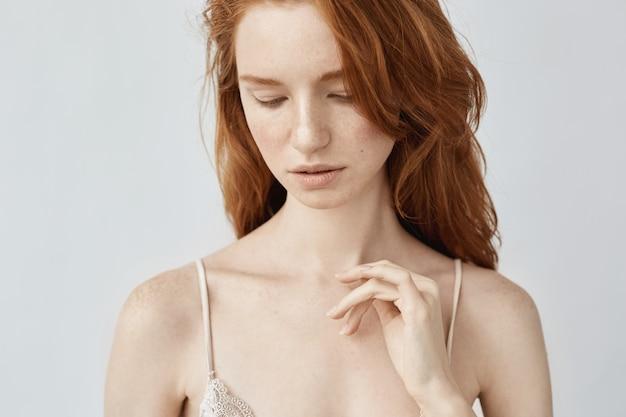 白でポーズ柔らかい自然な赤毛の女性のクローズアップ。