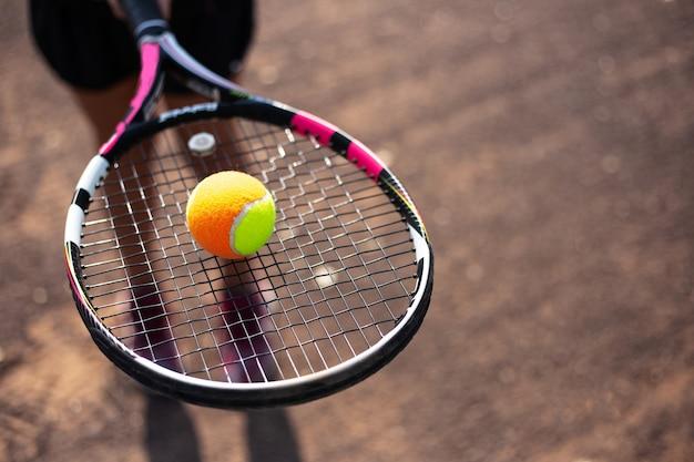 선수의 손에 라켓에 테니스 공의 클로즈업