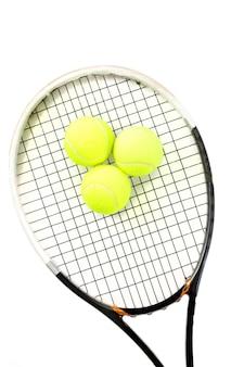 テニス ラケットと白のボールのクローズ アップ