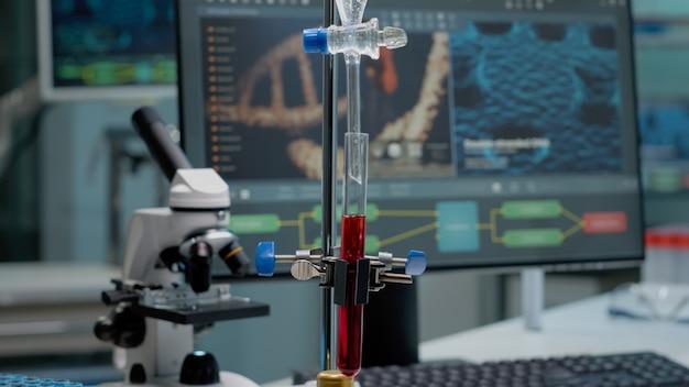 실험실에서 용액을 혼합하기 위한 시험관과 파이프 클로즈업