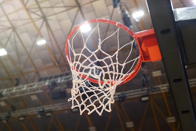 Крупный план баскетбольного кольца в тренажерном зале. выборочный фокус в центре фото