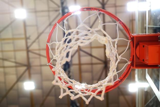ジムのバスケットボールのフープのクローズアップ。写真中央のセレクティブフォーカス