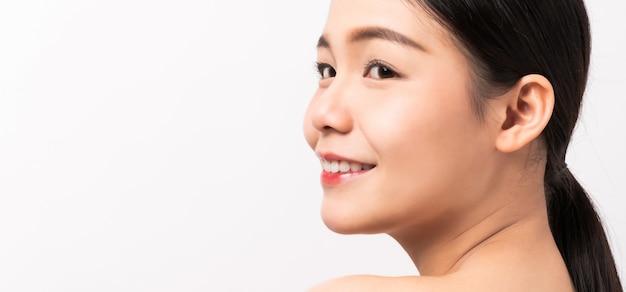 깨끗하고 신선한 피부를 가진 아시아 여성의 아름다운 얼굴 닫습니다