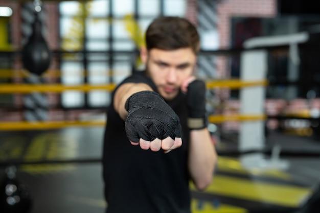 권투 선수의 손을 클로즈업하여 싸울 준비가되었습니다.