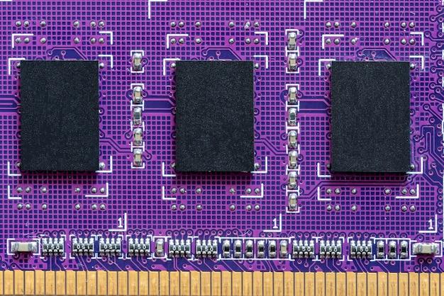 흰색 배경에 보라색 회로 기판의 컴퓨터 메모리 모듈 클로즈업