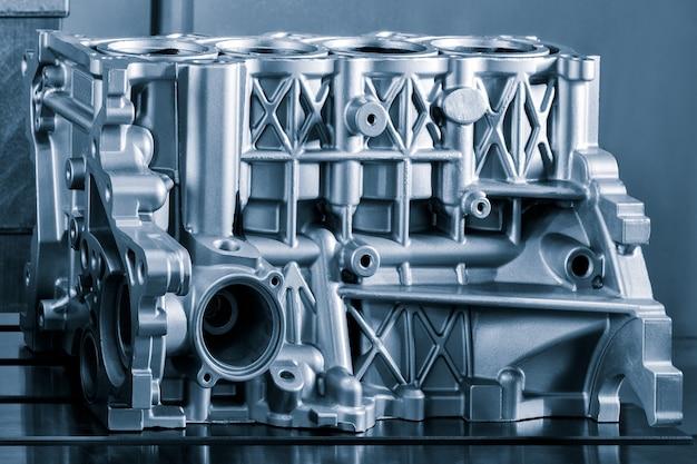 하늘색 실린더 블록의 클로즈업. 자동차 부품, 기계 부품