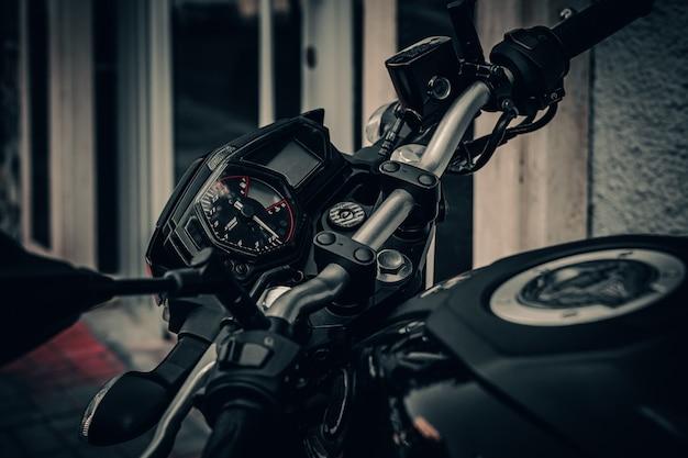 점화가 꺼진 검은색 오토바이의 대시보드 클로즈업.