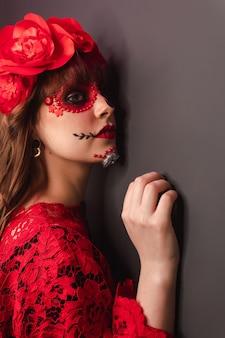 Крупным планом - детали профиля женщины с макияжем dia de los muertos.
