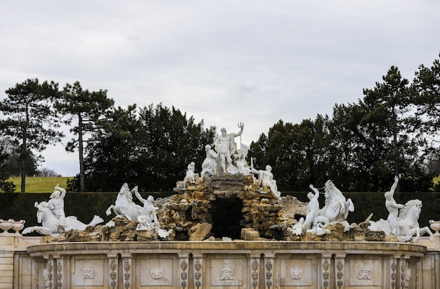 Крупный план фонтана со скульптурами из сада дворца шенбрунн.