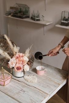 아침, 아침 식사, 휴식 개념-컵에 모카에서 커피를 붓는 젊은 여자의 손을 가까이