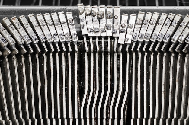 Закройте буквы на старой пишущей машинке.