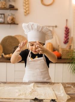 小麦粉の小さなシェフの手のクローズアップ