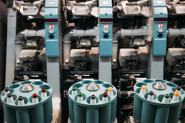 공작 기계, 기계의 클로즈업. 실과 직물 생산 공장.
