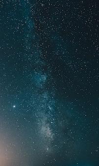 깊고 푸른 색조에 은하수를 닫습니다.