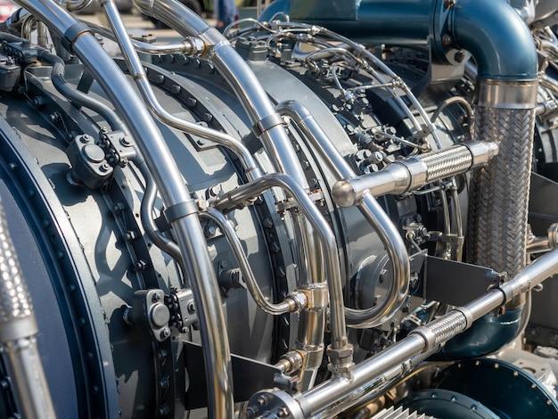 Крупным планом - новый двигатель корабля. механизм с кучей труб и деталей