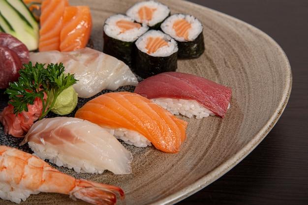 寿司と刺身盛り合わせのプレートのクローズアップ。孤立した画像。