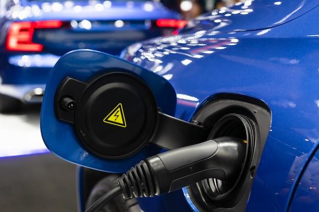 전기 자동차를 충전하는 전원 케이블 공급 장치를 닫습니다.