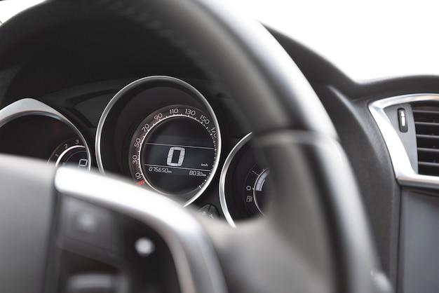 현대 자동차 내부의 스티어링 휠과 속도계의 클로즈업