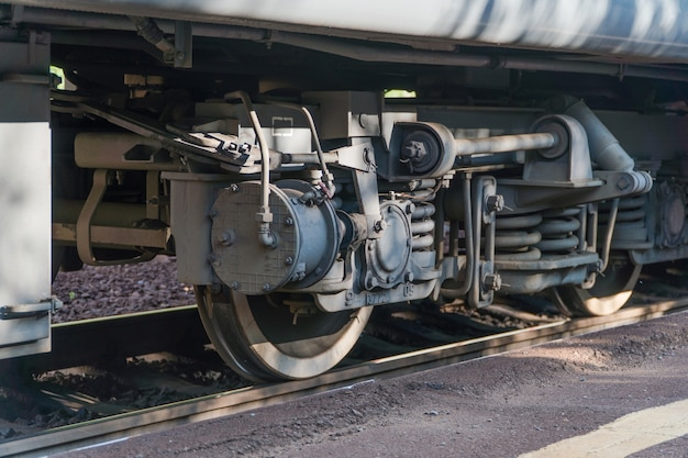 クローズアップ-鉄道の列車の車輪のクローズアップ